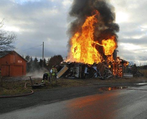 ØVELSE: Dette gamle huset ble brant i forbindelse med en øvelse for brannmannskapene
