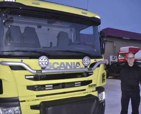 FORNØYD: Brannmester Roger Vian i Lofoten brann og redningstjeneste er kjempefornøyd med den nye tankvogna til 3,5 millioner kroner.