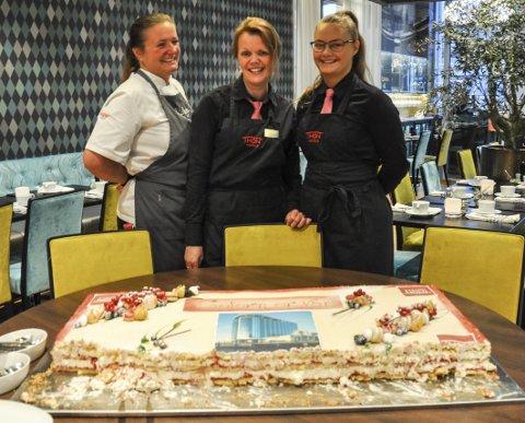 Stolt: De ansatte på Thon Hotel Lofoten var fornøyd og stolt onsdag morgen, og seieren ble feiret med kake. Fra venstre: Ragnhild Paulsen, Laila Stokvik og Viktoria Charlsen. Foto: Synne Mauseth