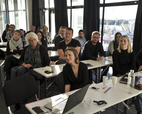 Svolvær: Deltakere på seminar om innholdsmarkedsføring og bruk av sosiale medier i markedsarbeidet, som ble arrangert på konferanserommet til Lofothavn AS torsdag, møtte forberedt og var aktive under foredragene. Foto: Knut Johansen