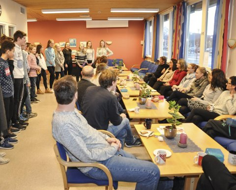 SPRER GLEDE: 9. klasse ved Leknes skole, ville i år glede lærerne sine. Foto: Lise Fagerbakk