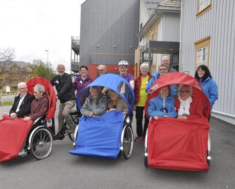 GLEDE: Både passasjerer og sykkelpiloter var strålende fornøyde med rickshawsykkel nummer tre som er blå av farge. Alle foto: Kai Nikolaisen