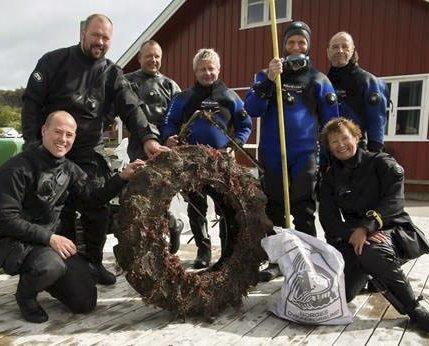 Lofotuka 2016: Noen av deltakerne samlet på brygga etter et dykk for å gjøre Lofothavet renere i slutten av juli. Foto: Siv Pedersen