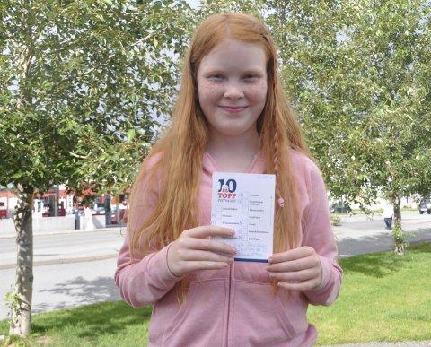 NÅDDE MÅLET: 11 år gamle Mali-Elea Jacobsen med beviset på at hun har gjennomført Ti på topp for syvende gang. Foto: Kai Nikolaisen