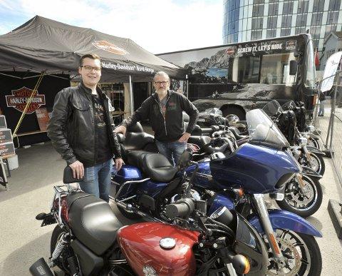 Harley-jubileum: Sønnen Ole Mathias og pappa Reidar Samuelsen er klare for herlige Harleydager i Svolvær.