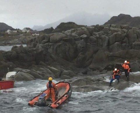 BERGET: Her hentes de to mennene fra skjæret. Foto: «Det Norske Veritas»