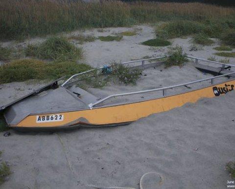 Sumpet: En 14 fot lang Buster S aluminiumsbåt har ligget her lenge i strandkanten, som man ser.