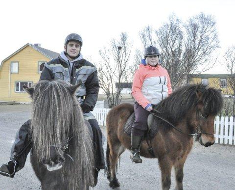 Fornøyd: Etter en time på hesteryggen har Emil Direia og Vårin Bornøy lært enda mer om hva slags aktiviteter turister kan gjøre i Lofoten. Hver tirsdag har de aktivitetsfag og får stadig gjøre nye ting. Begge er fornøyd med å ha valgt vg2 – reiseliv. Alle foto: Synne Mauseth