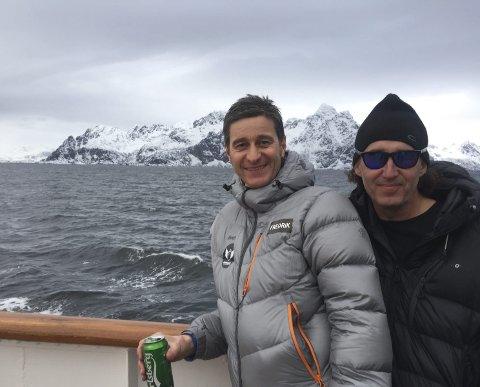 Koser seg: Etter en dag i Lofotfjellene, satte Fredrik Geelmuyden og Jens Jørgensen seg på MS Nordstjernen igjen mot Andøya og flere toppturer. Foto: Privat