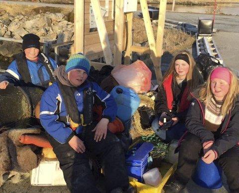 TOK ANSVAR: Henning, Petter, Maja og Hilde slapper av etter å ha ryddet holmene på Yttersia for masse søppel. Alle foto: Privat