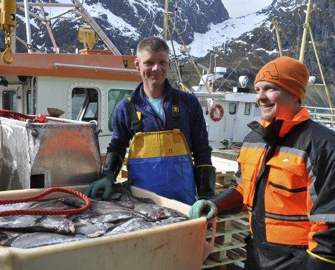 FORNØYD: Skipper Johnny Ytrøy og mannskapet Bjørn Vegard Hansen på «Suløy» er godt fornøyd med fangsten, men at sjyværet ble i lengste laget. Alle foto: Kai Nikolaisen