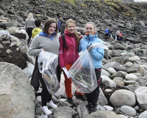 Den blå bærekraften: Amalie Sletten, Åse Linnea Fredriksen og Ida Schøllberg brukte mandags formiddag på å plukke søppel i Rækvika gjennom det tverrfaglige prosjektet. De forteller at det er artig med praktisk læring iblant. Foto: Synne Mauseth