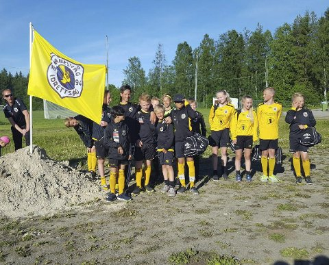 Markerte seg: KIL G13 plantet flagget etter å ha erobret gruppeseieren i Piteå Summer Games.Alle Foto: Frode Jacobsen