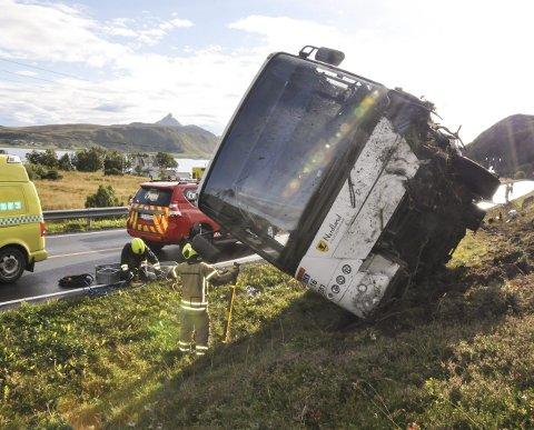 Dødsulykke: Tirsdag ettermiddag kolliderte en buss og en personbil på E10 ved Offersøya. Sjåføren av bilen ble bekreftet omkommet på stedet. De to personene i bussen ble sendt til sykehuset for sjekk, og er ifølge politiet lettere skadd. Alle foto: Lise Fagerbakk