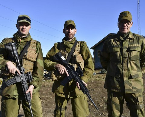 FORNØYD: Hv-soldatenen Glenn Müller og Ova Vollan er fornøyd med de nye våpnene.  Det er også liaisonoffiser Steven Roumimper Alle foto: Kai Nikolaisen