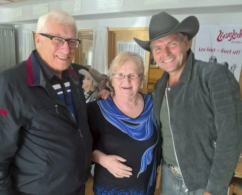 Skapte stemning: Beboer Liv og ektefelle Ingvald Myrseth fra Laukvik fikk en hyggelig opplevelse med Odd Jarle Hanssen. Foto: Siv Johnsen