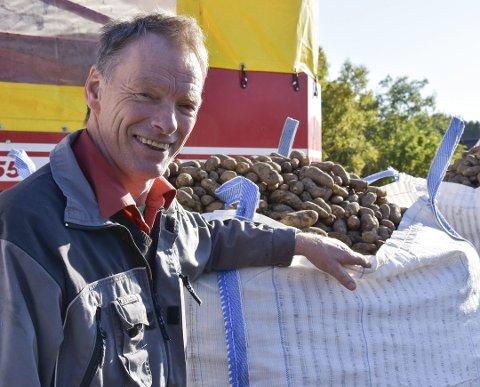 GODT OPPTAKERVÆR: Kåre Holand er strålende fornøyd med været, men kunne ah ønsket seg litt større mandelpotet. Dette bildet er fra fjorårets avling.