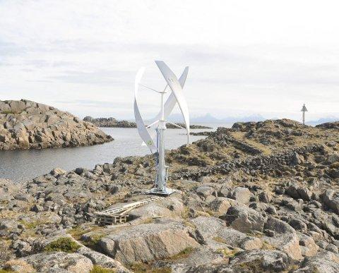 Dette bildet viser vindmøllen da den 14. juni 2017 ble satt i drift på Skrova fyr. Kort tid etter havarerte den.