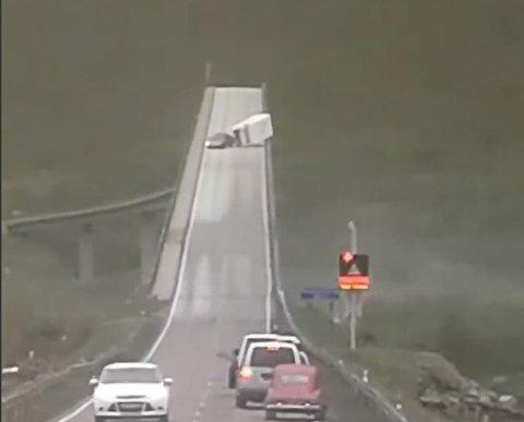 KOSTBART: VELTET: I juni veltet ei campingvogn på Gimsøystraumen bru , og skadet rekkverket. Nå kommer regningen