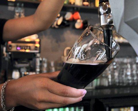 ALKOHOLKONSUM: Menn har et betydelig større alkoholkonsum enn kvinner. Det viser en fersk undersøkelse gjennomført av Ipos.
