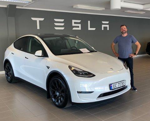 BLANT DE FØRSTE: Den første Model Y ble levert til en norsk kunde tirsdag, og nå leverer Tesla fortløpende over hele Norge. Først i køa i Møre og Romsdal var altså Stig Daniel Løfsnæs, flatangring som har bodd 20 år i Kristiansund. Bilen bestilte han i mars 2019.