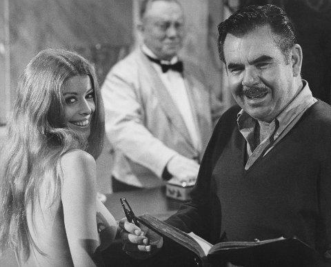 Filmskaper Russ Meyer sammen med  skuespiller Ashley Phillips under innspillingen av «Beyond The Valley Of The Dolls» i 1970.