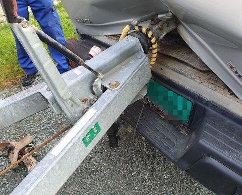 En mann i 20-årene fikk hånda i klem da de holdt på med lossing av en hjullaster fra henger.