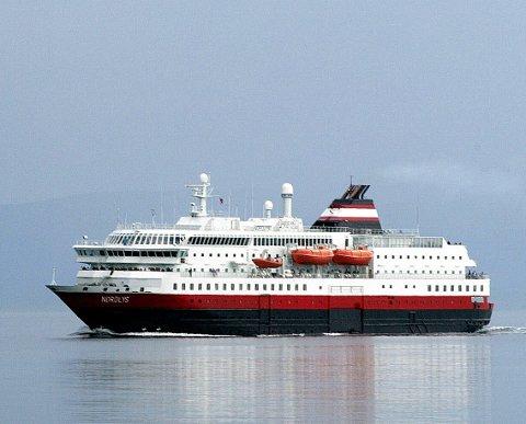 MS Nordlys TFDS Hurtigruten på vei inn til Tromsø fra sør... FOTO: YNGVE OLSEN SÆBBE / NORDLYS yngve.olsen.saebbe@nordlys.no    mob. 91169942