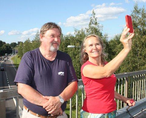 NYE TITLER: Her står Arve Edvardsen (Nordstrand) og Kristin Sandaker (Østensjø) på broen over E6, og tar en selfie to uker før valget sist høst. Da håpet de å bli gjenvalgt som ledere av bydelsutvalgene. Det ble de, og nå kan de snart kalle seg bydelsordførere. ARKIVFOTO: AINA MOBERG