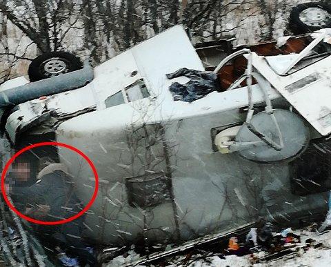 RULLET OVER: Bobilen fikk sleng på E6 torsdag ettermiddag. Sjåføren slo seg kraftig da bilen havnet på taket. Han skal imidlertid ha kommet fra det med kun lettere skader.