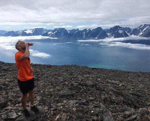 Kent-Hugo Norheim feiret med krembanan og coca-cola da han fullførte bragden lørdag med å klatre opp alle 666 topper i Troms over tusen meter. Det har han brukt nesten ti år på å klare.