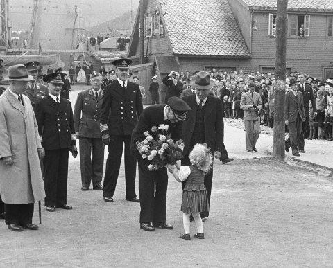 BLOMSTERGAVE TIL KONGEN:  Kong Haakon besøker Tromsø for å se på gjenreisningen av byen etter 2. verdenskrig. Her mottar kong Haakon blomster av en liten jente.