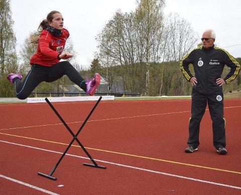 Siste finpuss: Tidligere norgesmester på 400 meter hekk, Olav Grasbakken fra Raufoss, instruerer Telma Eid på en av de siste treningene før helgas NM i mangekamp.