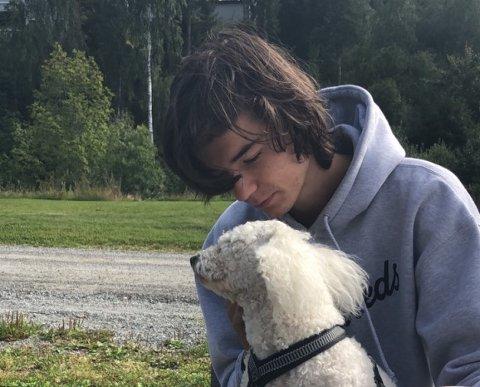 Fredrik Sjørengen (21) mistet alt da huset han og kameratene bodde i brente ned sist fredag. Alle bilder er også borte og dette er det eneste han fant av seg selv fra før brannen.