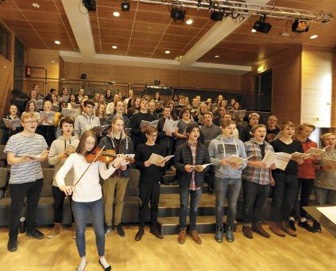 SISTE FINPUSS: Skolekoret med dirigent Tom Wiklund samlet til øvelse i konsertsalen ved Ski videregående skole i går ettermiddag. FOTO: STIG PERSSON