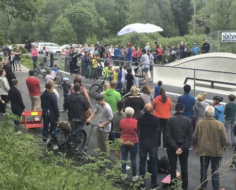 POPULÆRT: Det var riktig folksomt under søndagens åpning av Bølgen Siggerud Rullepark.