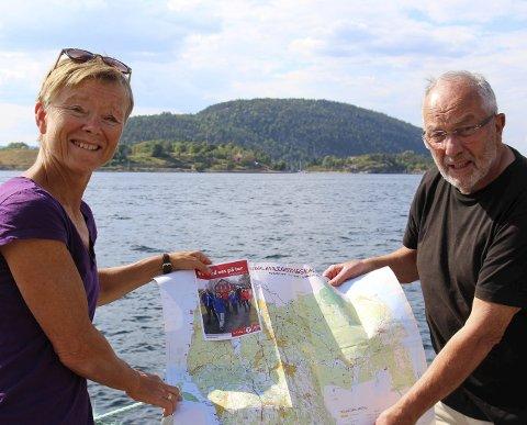 KLARE: Guri Drottning Aarnes og Hans-Olav Moen, ledere i henholdsvis Ås Turlag og Ås Historielag, har allerede tatt oppstilling på Sundbrygga, funnet fram Håøya-kartet og ønsker velkommen til Olsok-vandring søndag 29. juli.