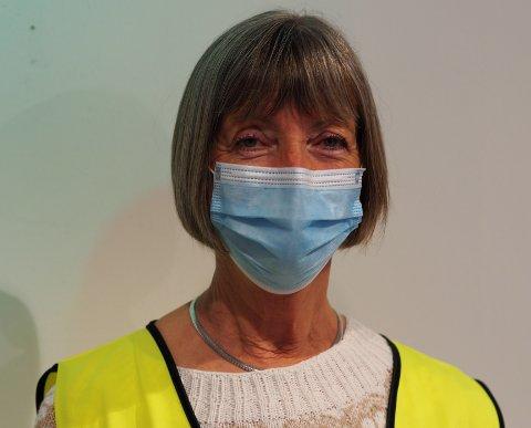 TAKKNEMLIG: Ellen Nylenna er en av mange frivillige som stiller opp på vaksinesenteret når folk skal få sin koronavaksine. Hun synes det er givende å gjøre en innsats: – Jeg gjør en takknemlig jobb, og den gir meg energi, sier hun.