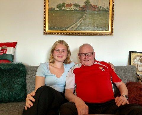 MYE HISTORIE: Ingrid og bestefaren Jan i stua hjemme hos han i Larvik. På veggen over dem henger et portrett av Grøtting gård, der Jan vokste opp og i kårboligen tilknyttet senere flyttet inn med sin avdøde kone Eva.