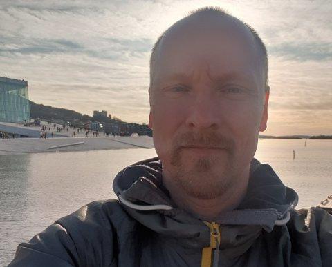 Øystein Bruvold ble smittet i Østerrike. Nå sitter han i full isolasjon på Båsmoen.