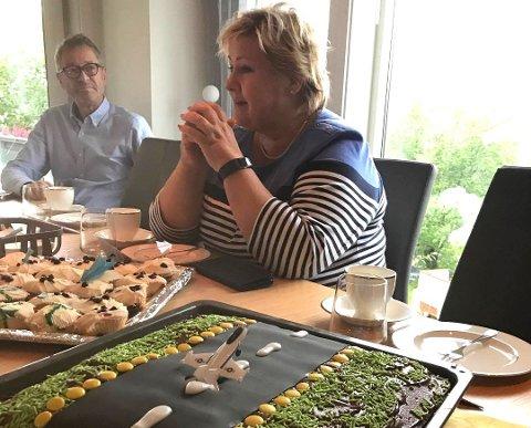Erna Solberg under ett besøk hjemme hos Anita Sollie på Mo. Etter å ha sett fremdriftsplanen for ny flyplass på Mo ba hun Avinor justere denne. Nå har konsernet svart statsministeren.