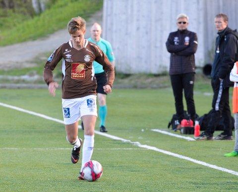 BACK: Nicklas spiller venstreback og har ambisjoner om spill høyere opp i divisjonssystemet. Her fra en kamp mot Sandnessjøen IL.