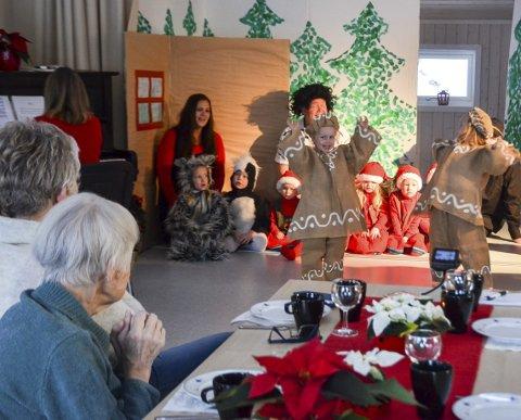 Å GI OG FÅ: En juleforestilling i Borgen barnehage som var både givende og rørende. Foto: Jan Rune Bakkelund