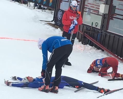 En utslitt Sigurd Holemark får gratulasjoner fra Henrik Frog Mandt som gikk 1. etappe. Tarjei Bø (i bakgrunnen) tok imot løperne i mål.
