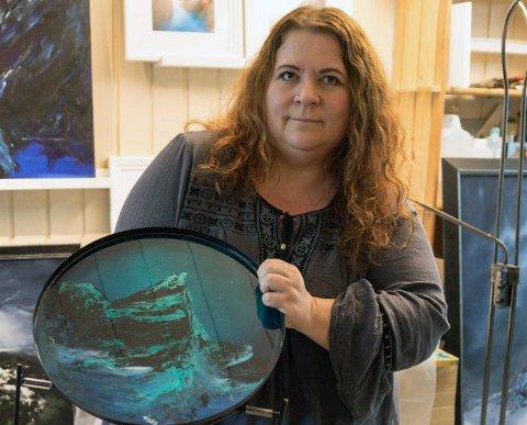 TV-AKSJON: Hilde Amdal Arnesen (45) bidro med to kunstverk til årets innsamling. Resultatet er hun selv svært fornøyd med. Kunsten gikk for tilsammen 31.600 på auksjonen.