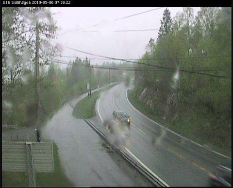 Statens vegvesens webkamera på Sollihøgda viser at snøen foreløpig er regn på mandag morgen.