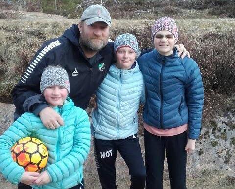 PÅ HJEMMEBANE: HBK-trener Jan Gundro Thorstensen får mer tid hjemme når fotballsesongen er utsatt. Her med døtrene Johanne (9), Mathilde (11) og Kristine (13).