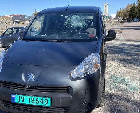 SKADET: Dette er en av bilene som ble utsatt for skadeverk natt til 8. mai.