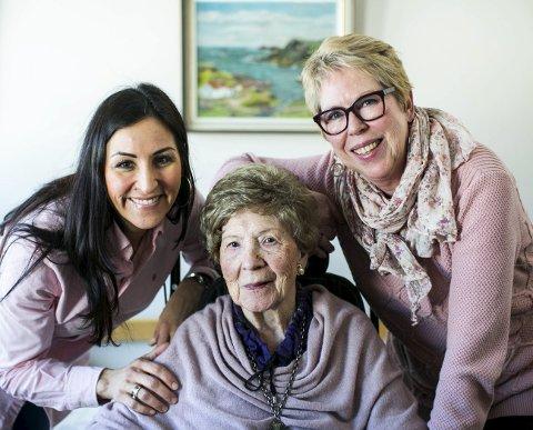 Still going strong: Gunnbjørg Johanne Haugen har dårlig syn og hørsel, men er oppegående i hodet. Det som gir 106-åringen størst glede, er å få være frisk og tilbringe tid med familien. Her med barnebarnet Tanja Haugen Neefjes og datteren Elisabet haugen Neefjes.FOTO: LISBETH LUND ANDRESEN