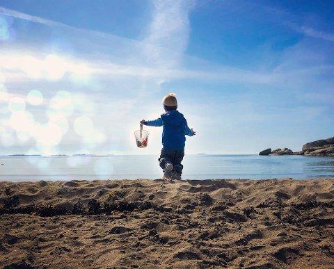 BØTTEKNOTT: Anita M. Iversen har fanget denne barnlige gledet på det som kanskje er årets første strandtur for dette barnet. Bilde er kåret til ukens foto.